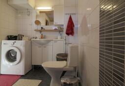 Kylpyhuone yläkerrassa.