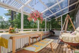Valokatetulla terassilla kelpaa viettää kesäiltaa