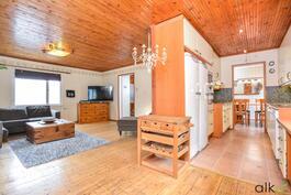 Olohuone/keittiö ja ruokailutila yhdistyvät kauniisti toisiinsa.