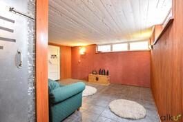 Takkahuoneessa on tilaa rentoutua saunomisen jälkeen.