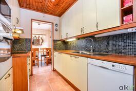 Persoonallisen kaunis keittiö on kutsuva.