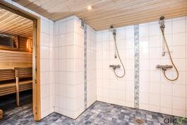 Pesutiloissa on upeasti kaksi suihkua.