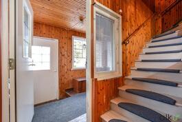 Yläkertaan lähtee portaat sisäeteisestä.