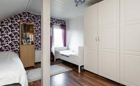 Pienempi makuuhuone on tunnelmaalinen paikka perheen lapsille.