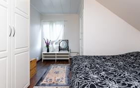 Toinen yläkerran makuuhuone on vanhempien käytössä.
