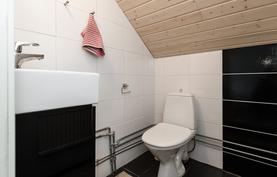 Tämän huoneen yhteydessä on pieni wc.