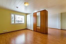 Näkymä alemman kerroksen makuuhuoneesta joka on jaettavissa kahdeksi huoneeksi