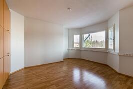Yläpihan puoleinen makuuhuone/työhuone. Erkkeri-ikkunoista näkymä pohjoiseen