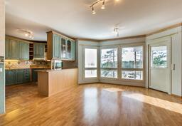 Näkymä avokeittiö-, ruokailuhuone- ja olohuone- kokonaisuudesta