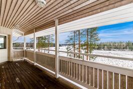 Näkymä ylemmän kerroksen terassilta kaakkoon peltoaukeille ja metsämaastoon