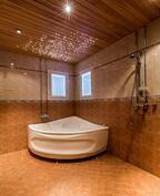 Näkymä alemman kerroksen peseytymistiloista joissa mm. poreamme ja kaksi suihkua