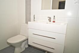wc myös pesuhuoneen yhteydessä