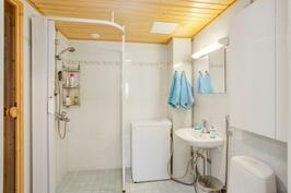 Kylpyhuone laatoitettu