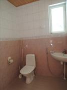 MYÖS KYLPYHUONEESSA ON WC-ISTUIN