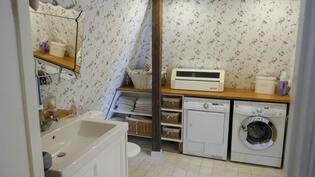 Kylpyhuoneen yhteydessä on myös pyykinhuoltotilat