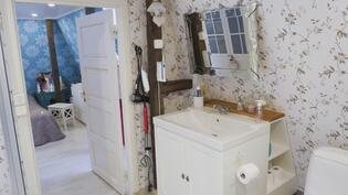 Yläkerran kylpyhuone on kahden makuuhuoneen välissä