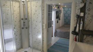 Kylpyhuoneessa on suihkukaappi ja lattialämmitys