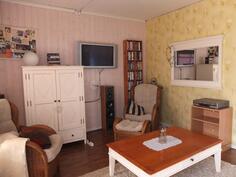 Saunan yhteydessä oleva huone toimii tarvittaessa myös vierashuoneena