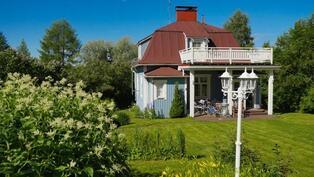 Tämä idyllinen talo kätkeytyy suojaisaan pihaan  vain 1,5 km Keuruun keskustasta