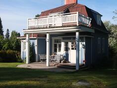 Talon sisääntulo. Talossa on kaunis mansardikatto, jonka huopakate on uusittu alle 10 v.