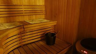Saunassa on nykyaikaiset muotolauteet ja hetivalmis kiuas