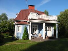 Yläkerrassa aurinkoinen avoparveke. Talon ikkunat ja ovet on uusittu v. 2007.
