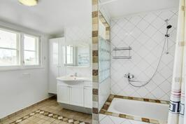 Yläkerran kylpyhuone, näkymä joelle