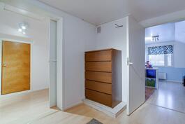 Näkymä yläaulasta porrasaulaan ja toiseen makuuhuoneseen