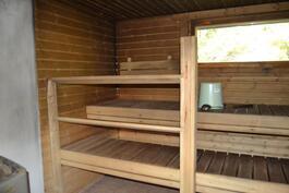 Puulämmitteinen kiuas saunassa