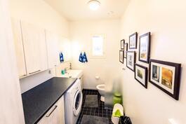 Kodinhoitohuone ja toinen WC kylpyhuoneen yhteydessä