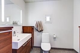 Yläkerran wc:ssä varaus suihkukaapille