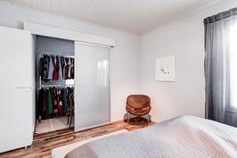 Suurimmassa makuuhuoneessa pukeutumistila/iso vaatehuone