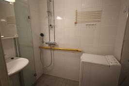 Kylpyhuoneessa kaiteet apuna