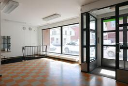 Valoisassa liikehuoneistossa suuret näyteikkunat / Ljus affärslägenhet med stora skyltfönster