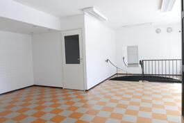 Yläkerrasta kellaritilaan / Från övre våningen till källarutrymme