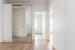Kulmahuoneistoon tulvii valoa kolmesta ilmansuunnasta.