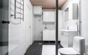 Tilavassa kylpyhuoneessa on myös paikkansa pyykkihuollolle.