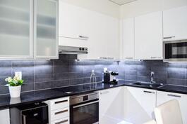Keittiökalusteet ja kodinkoneet