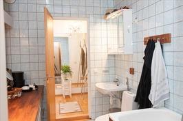 Kylpyhuone mh:oon yhteydessä