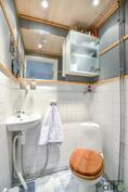 Alakerran erillinen wc on tyylikäs
