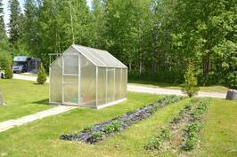 Kasvihuone ja kasvimaa löytyy myös tontilta