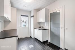 Tilava ja käytännöllinen kodinhoitohuone - helpottaa paljon arkirutiineja
