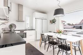 Avara ja valoisa keittiö korotettua huonekorkeutta