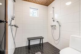 Kylpyhuoneessa hyvät tilat