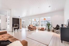Olohuoneen avaruutta ja tyylikkyyttä - kaikki valmiina - olisiko tämä uusi kotisi?