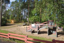 Leikkipuisto aivan vieressä