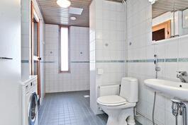 Tilava ikkunallinen kylpyhuone / Rymligt badrum med fönster
