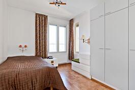 Makuuhuone 1:ssä kaapisto ja vaatehuone / I sovrum 1 finns både skåp och klädrum