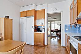 Näkymä keittiöstä olohuoneeseen / Utsikt från köket mot vardagsrummet