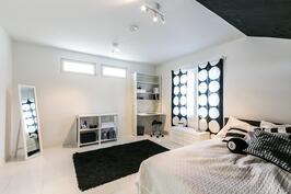 Yläkerran makuuhuone 1, jonka yhteudessä vaatehuone.